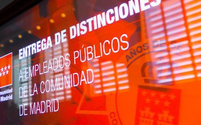 Acto de entrega de distinciones a empleados de la función pública